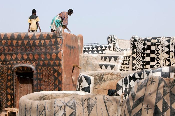 Ngôi làng lưu giữ văn hóa trên từng bức tường
