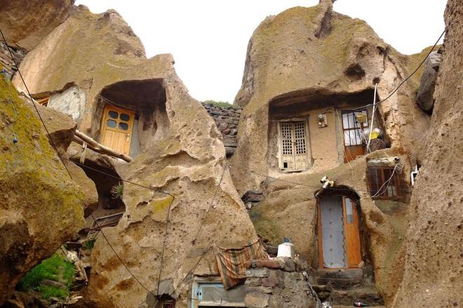Những ngôi nhà kỳ lạ xây trong núi đá đã 700 năm tuổi