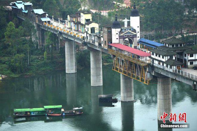 """""""Ngôi làng"""" kỳ lạ nằm chông chênh trên cây cầu dài 400 m"""